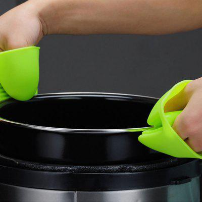 Thicken Kitchen Silicone Insulation Mini GlovesOther Kitchen Accessories<br>Thicken Kitchen Silicone Insulation Mini Gloves<br><br>Material: Silicone<br>Package Contents: 1 x Pair of Gloves<br>Package size (L x W x H): 9.00 x 6.00 x 2.00 cm / 3.54 x 2.36 x 0.79 inches<br>Package weight: 0.0600 kg<br>Product size (L x W x H): 8.80 x 5.60 x 2.00 cm / 3.46 x 2.2 x 0.79 inches<br>Product weight: 0.0600 kg<br>Type: Other Kitchen Accessories
